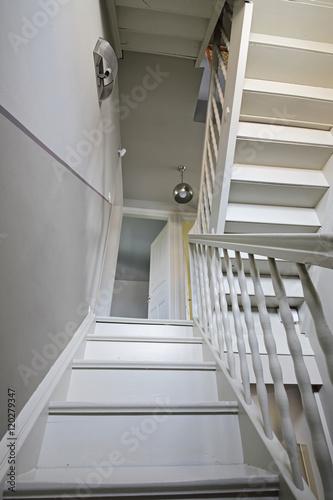 Plagát escalier intérieur droit en bois peint de maison