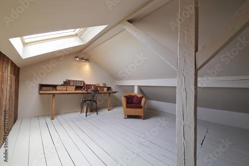 Grenier am nag en bureau avec fen tre de toit poster for Fenetre 90x60