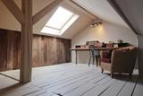 grenier aménagé en bureau avec fenêtre de toit - 120280375