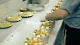 Muz ve Kivilerle pastaları süsleyen pastacı