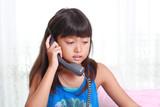 受話器を持つ女の子