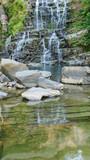 Catarata rocosa con agua como espejo