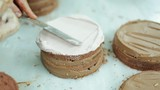 Pastanın kek kısmına krema sürülmesi