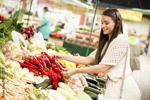 Keuken foto achterwand Boodschappen Young woman on market