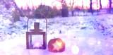 Winterlicher Hintergrund - Laterne und Apfel im Schnee