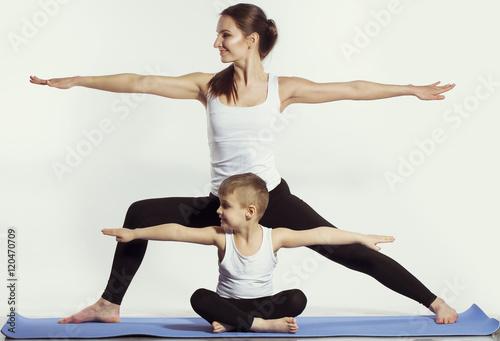 Obraz na płótnie matka i syn robi joga (ćwiczenia sportowe), bawić się i spędzić dobry czas razem. na białym. pojęcie zdrowego stylu życia