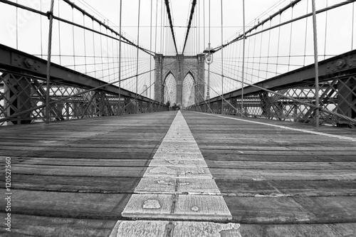 Poster Il più famoso ponte di New York City, il Brooklyn Bridge, visto dal basso