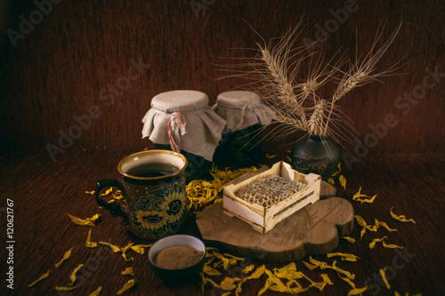 Poster Рамка с сотами меда, пиала с корицей, чашка чая, банки варенья, колосья пшеницы