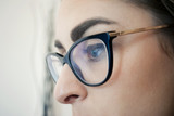 Ragazza con occhiali da vista