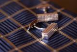 серебряные запонки и галстук