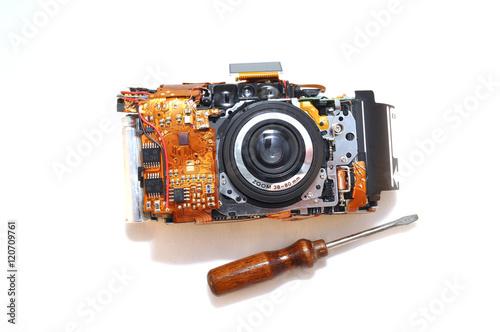 Poster Разобранный фотоаппарат на белом фоне, объектив, компактный фотоаппарат, электро