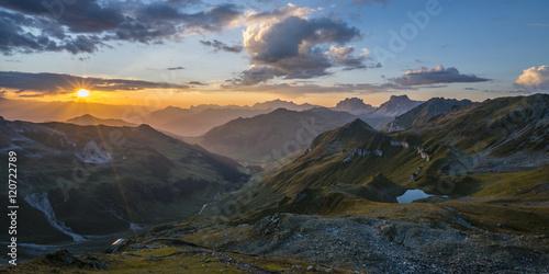 Sonnenuntergang in den Bergen Poster
