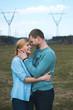 молодая пара обнимается в поле