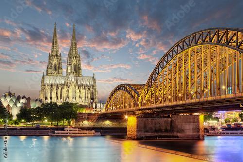 Leinwanddruck Bild Köln Dom mit Brücke