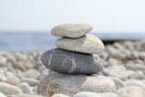 Камни/ Камни сложенные друг на друга на фоне глечного пляжа и моря