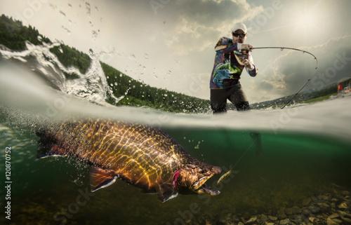 Wędkarstwo. Rybak i pstrąg, podwodny widok