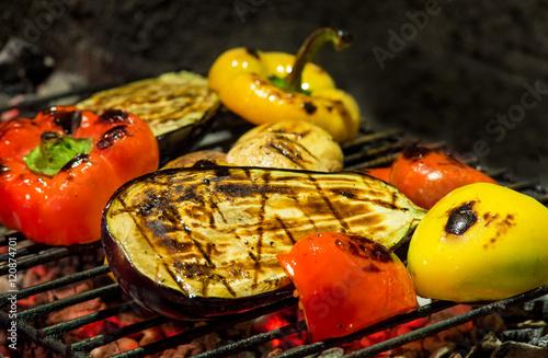 gegrilltes gemüse, paprika, auberginen und pilze