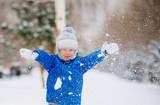 Мальчик бросает снег