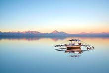 Fiskebåt på filippinska havet på en vacker solnedgång dag.