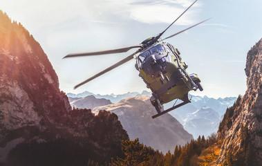 Militärischer Hubschrauber im Gebirge