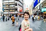 繁華街を歩く女性