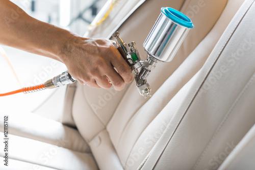 Car detailing series: Zbliżenie dłoni beżowy luksusowy fotelik samochodowy