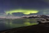Aurora Boreale alla laguna di Jokulsarlon con riflesso, Islanda
