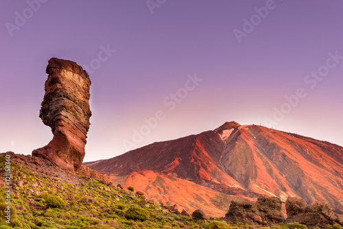 Foto op Plexiglas Canarische Eilanden Roques de Garcia stone and Teide mountain volcano at the sunny morning in the Teide National Park, Tenerife, Canary Islands, Spain.