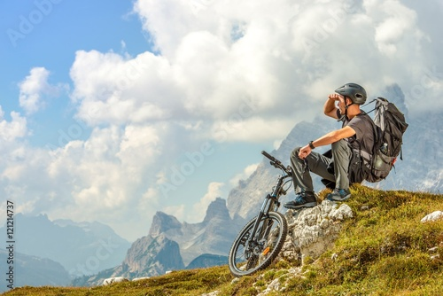 Biker na szlaku górskim
