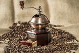 historische Kaffeemühle, Kaffeebohnen im Jutesack - 121243766