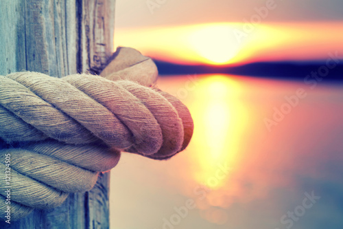Poster sicherer Knoten im Tau, Sonnenaufgang am Steg