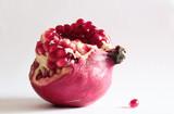 frutto del melograno rosso su fondo bianco