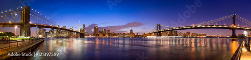 Manhattan Skyline Panorama mit Manhattan Bridge und Brooklyn Bridge - 121397599