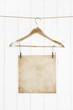 Alter maritimer shabby chic Holz Hintergrund mit einem Blatt Papier hängend.