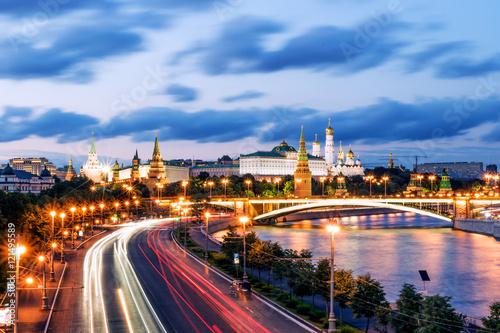 widok-moskwa-kremlin-w-nocy-rosja