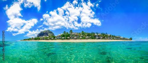 Foto op Aluminium Tropical strand Mauritius Panorama aus dem Meer heraus samt Strand und dem Le Morne Brabant, dem berühmten Berg Mauritius' #AllesSuper
