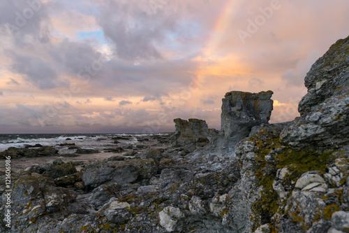 Poster Stürmisches Wetter mit Regenbogen an der Felsenküste von Fårö, Schweden