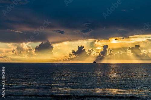 Poster Sunrise on the beach/Beautiful sunrise over the sea