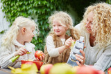 Geschwister schälen und reiben Äpfel