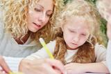 Mädchen malt und zeichnet