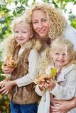 Porträt einer Familie im Herbst