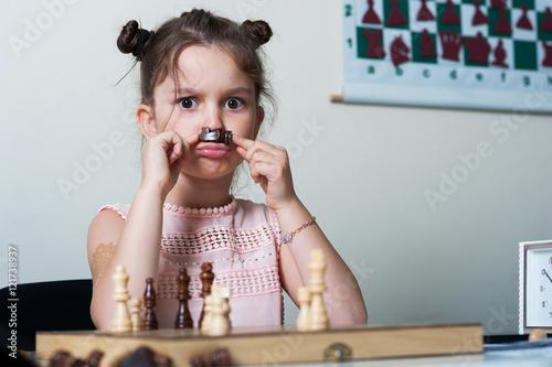 Valokuva little girl playing chess