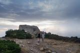 Una pareja camina llegando a la cima de la colina en Parque Natural del Cap de Creus en la  Costa Brava