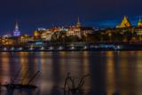 Panorama Warszawy nad Wisłą w nocy - 121775781