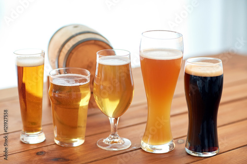 Billede close up of different beers in glasses on table