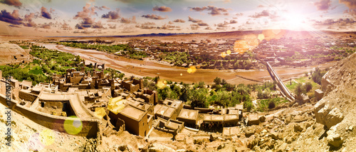 Pueblo de Ouarzazate.Marruecos.Paisaje de puesta de sol.Desierto,rio y arquitectura.Excursión y viajes de aventura por Marruecos.