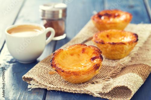 portugalski deser pastel de nata z filiżanką kawy