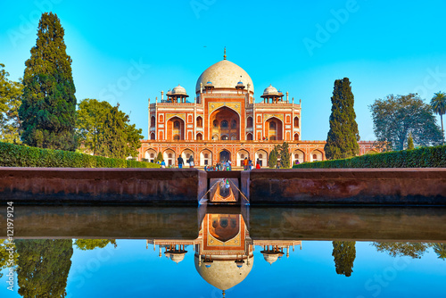 Foto Murales DELHI,INDIA-DECEMBER 14,2015: Humayun's Tomb (Mausoleum) in the garden of the Char Bagh