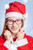 Frau als Santa Claus im Schnee