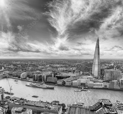 Foto op Aluminium New York Black and white aerial view of London skyline over Thames river,